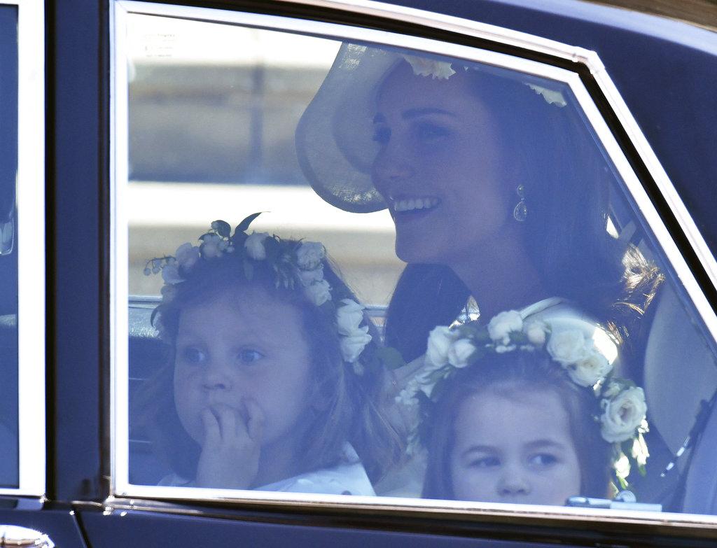 Kate Middleton, en el auto con los pajes y damitas de honor antes de llegar a Windsor. (Foto: AP)