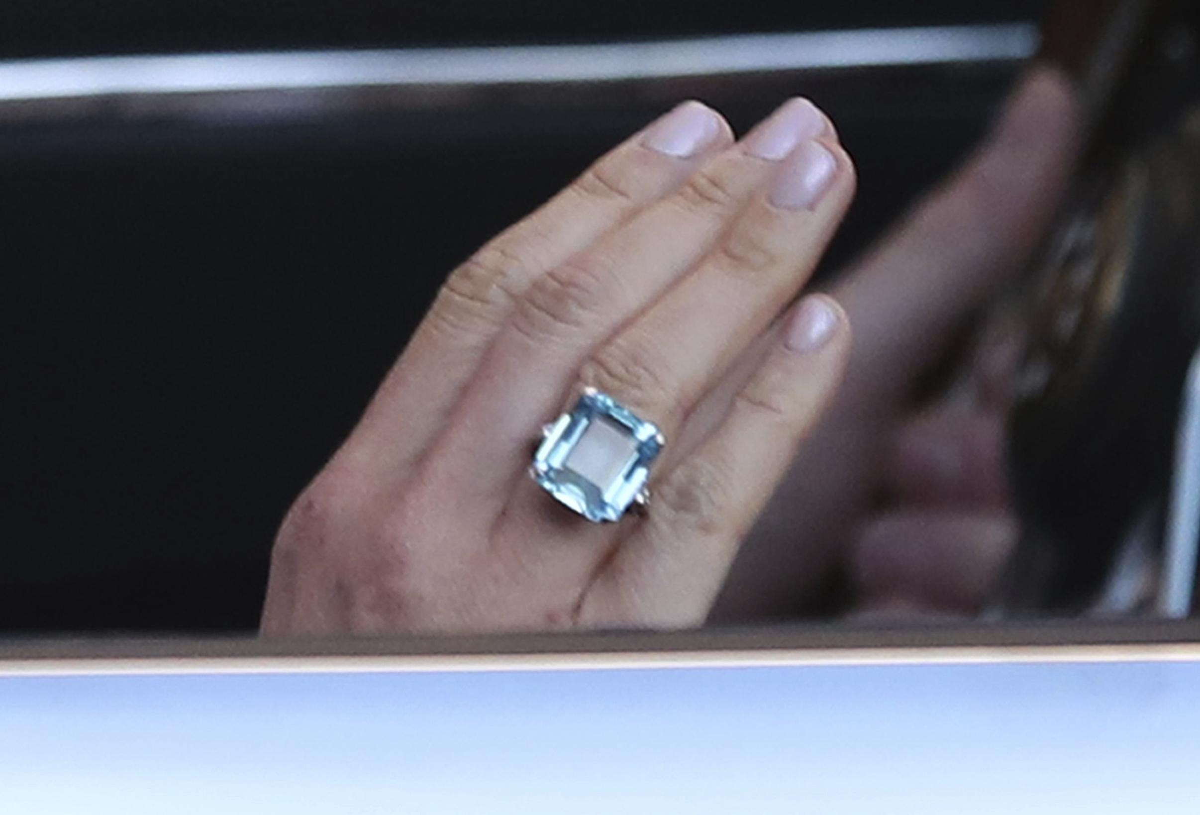 En la mano de Meghan, así lució el anillo que perteneciera a Lady Di. (Foto: AP)