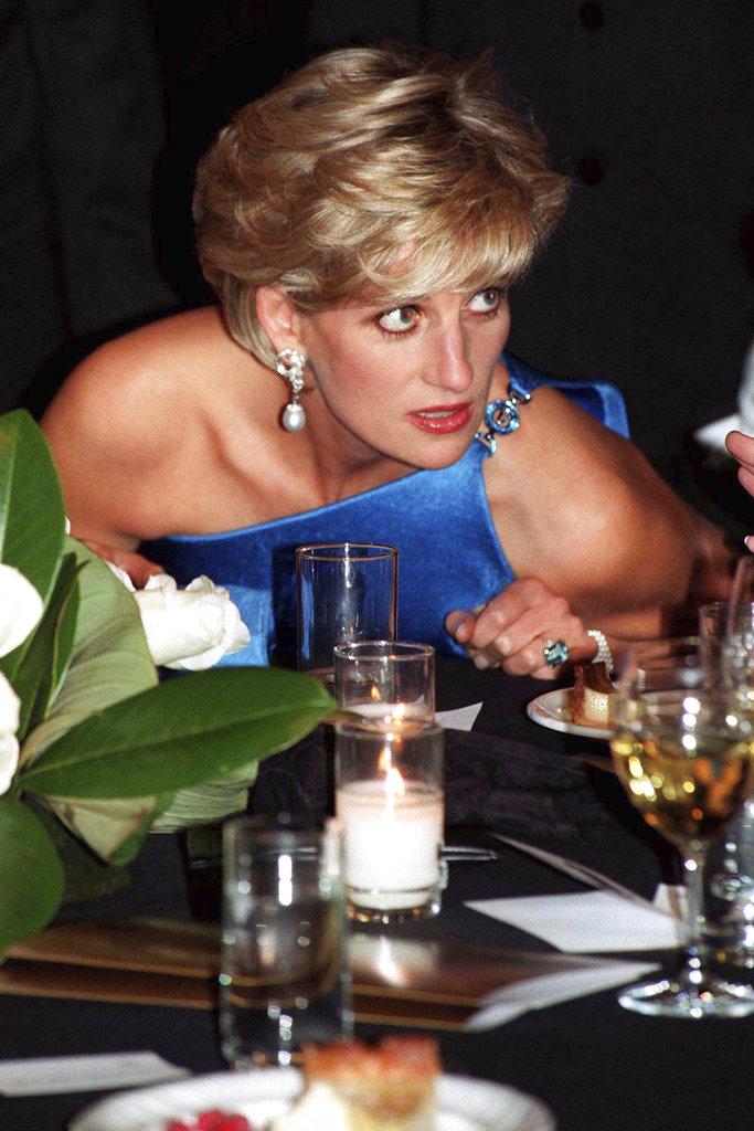 La princesa Diana, durante un evento de beneficencia en Sidney, Australia el 31 de octubre de 1996 luce el anillo de aguamarina. Volvería a usarlo públicamente dos meses antes de su muerte. (Foto: PA vía AP)