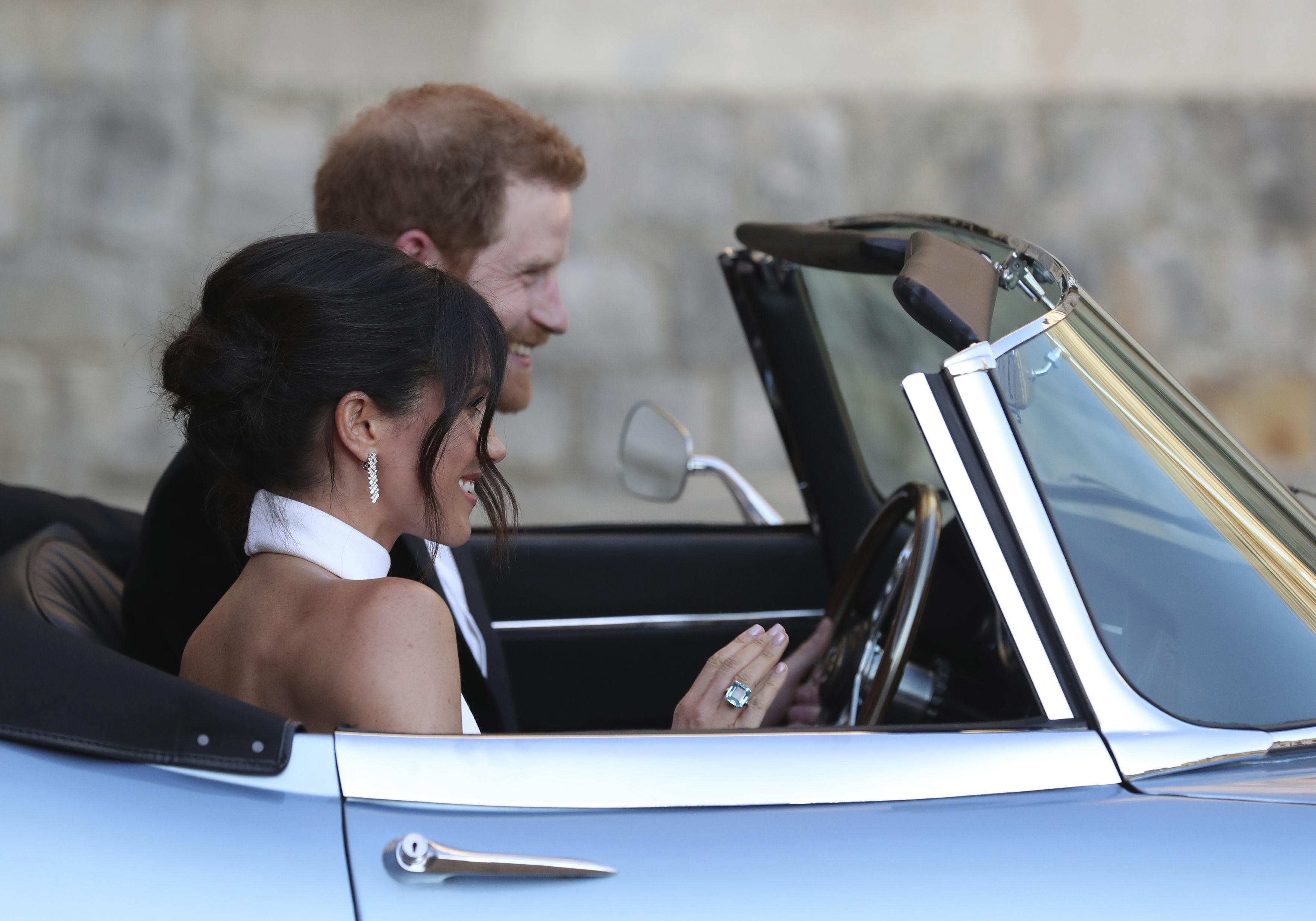 Meghan Markle luce en su mano derecha el anillo que perteneciera a Diana de Gales, al partir hacia la recepción donde se celebraron su boda. (Foto: AP)