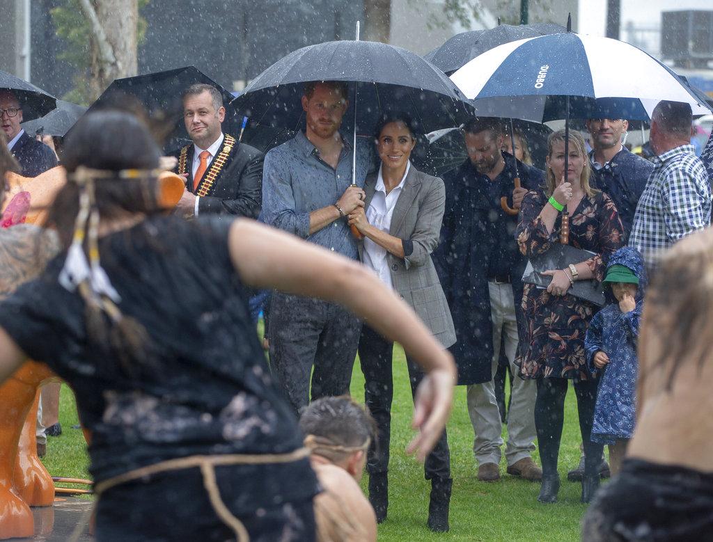 Meghan y Harry observan una exhibición de danzas típicas en Victoria Park, Dubbo. (Foto: AP)