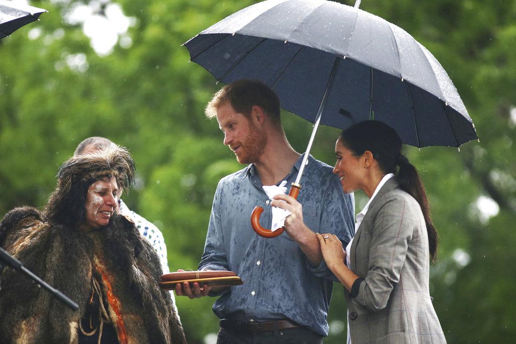 El príncipe Harry y Meghan, duquesa de Sussex, asisten a un picnic comunitario en Victoria Park en Dubbo, Australia. (Foto: AP)