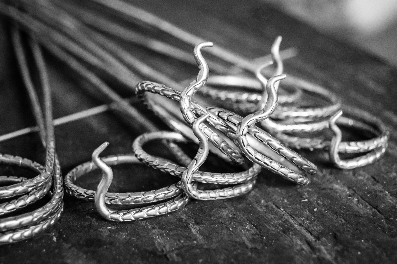 Aunque se repliquen las piezas de la colección, cada arete, pulsera o collar es único pues cada uno se elabora a mano. (Suministrda)