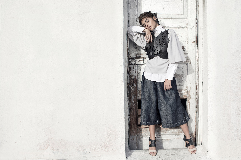 """Camisa de cuello alto, pantalones a la cintura """"denim"""" y accesorios NoTire (Suministrada/Modelo Amanda Antonella / Foto Raquel Pérez Puig)"""