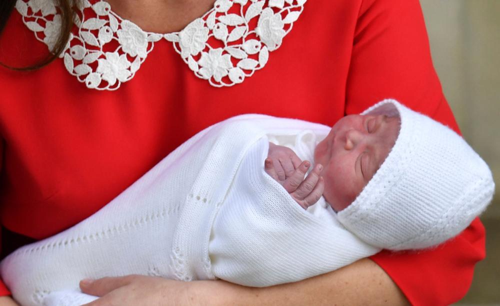Los duques de Cambridge muestran a su bebé ante los medios de comunicación y el público que asistió al hospital St. Mary. (AP)
