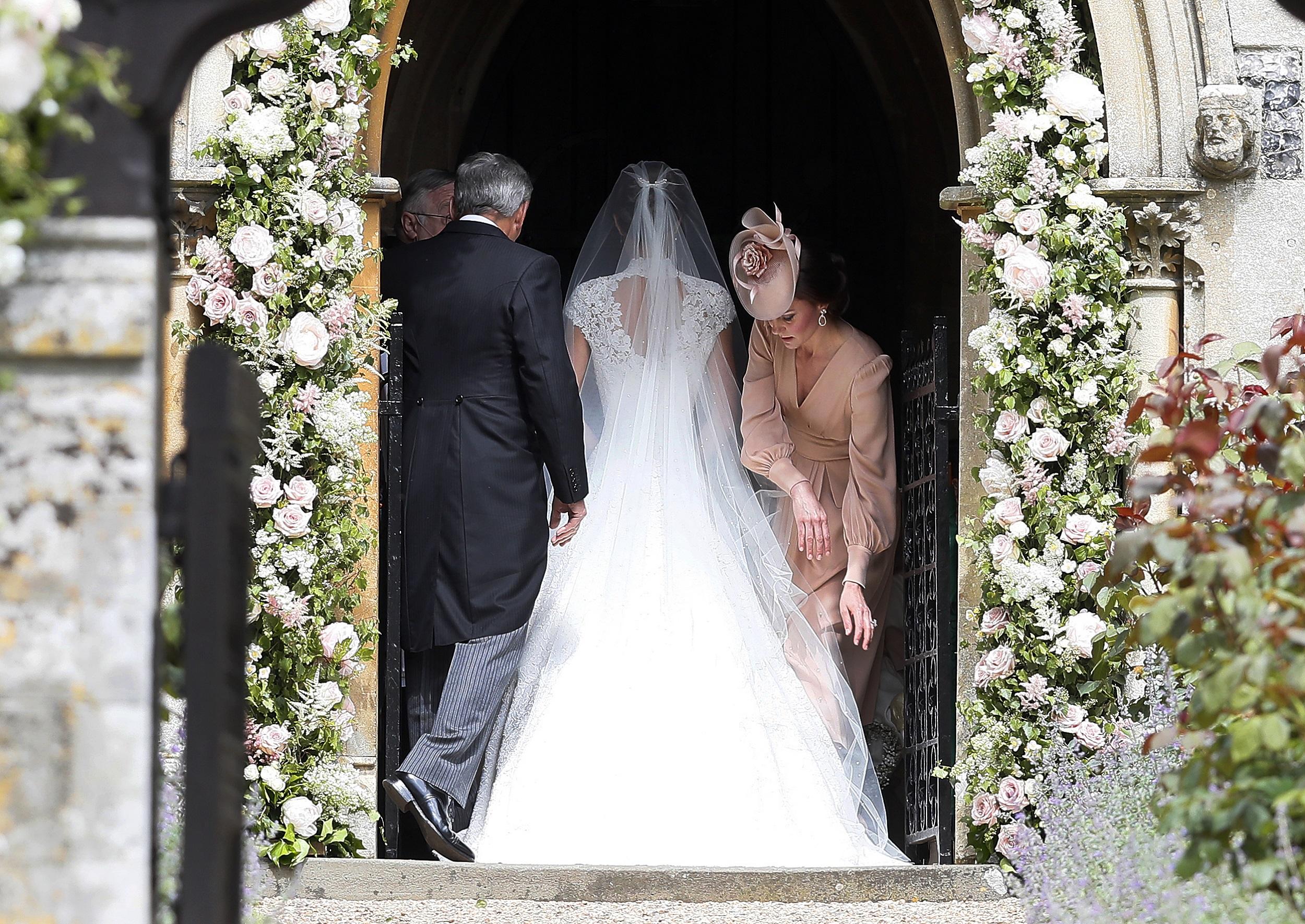 Kate acompaña a su hermana antes del desfile nupcial en la capilla. (AP Photo/Kirsty Wigglesworth, Pool)