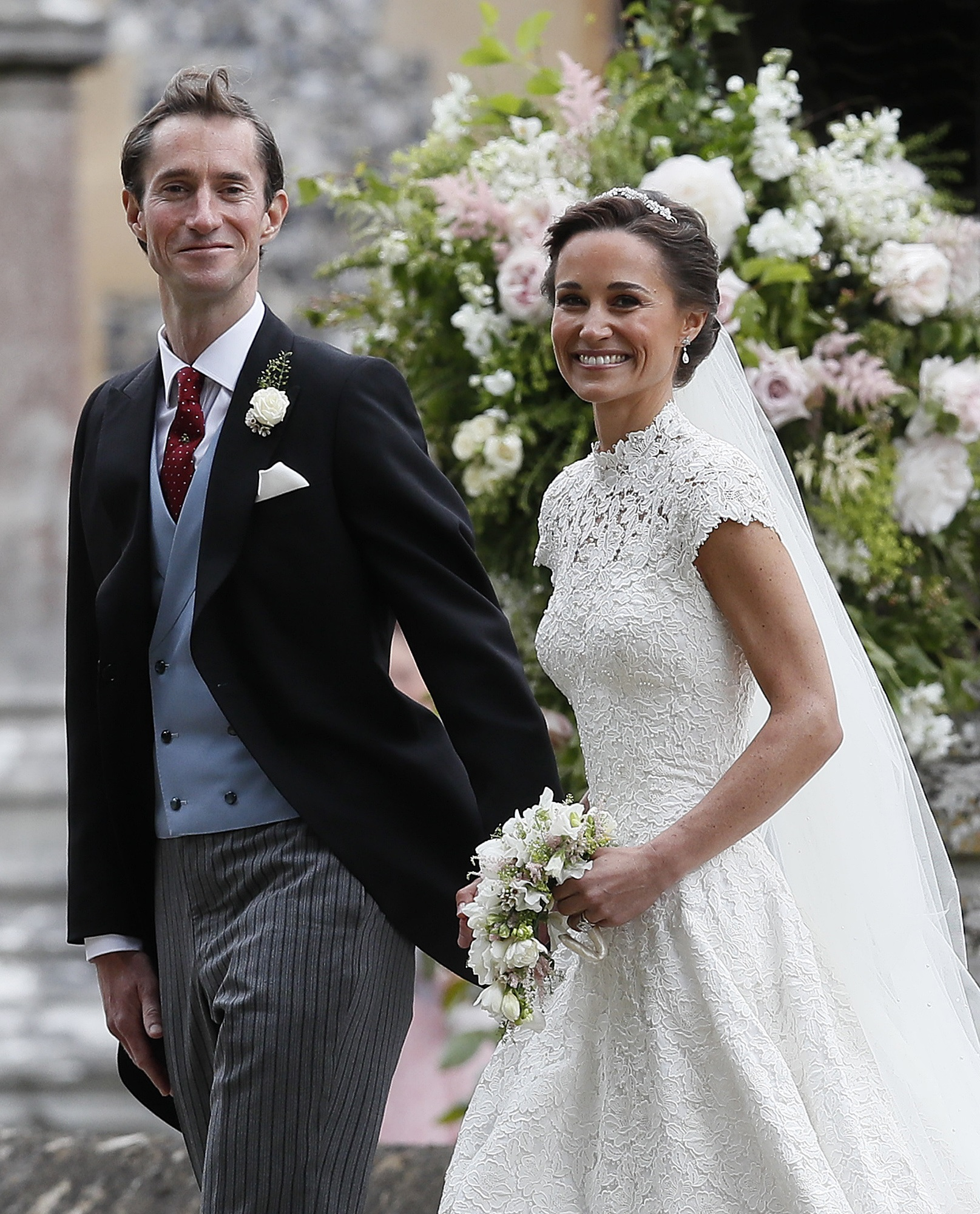 Pippa Middleton y James Matthews caminan tomados de la mano tras su boda. (Justin Tallis/Pool Photo via AP)
