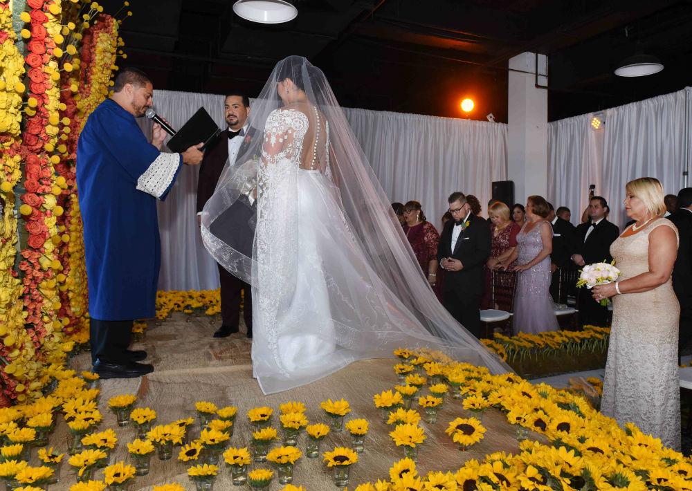 La novia lució un vestido creado por el diseñador Jean Cintrón.