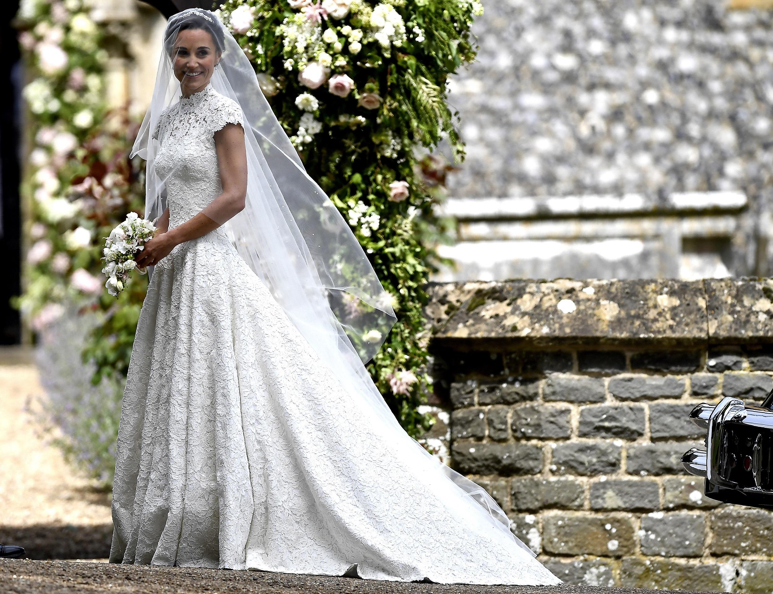 La hermana de la duquesa de Cambridge lució un vestido de cuello alto y encaje del  diseñador británico Giles Deaco. (AP Photo/Kirsty Wigglesworth, Pool)