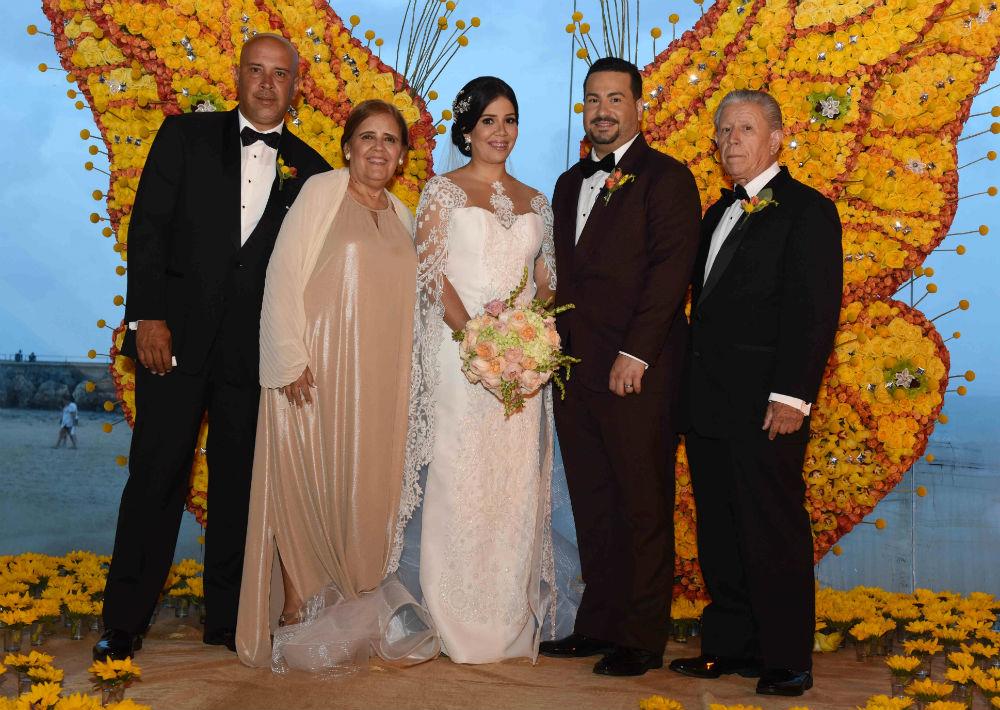 Rebeca Cintrón y Carlos Ortiz posan con la familia de ella.