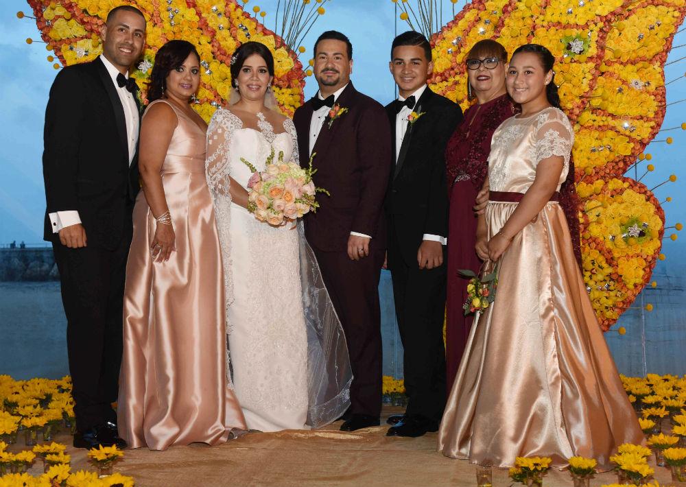La familia del novio se une a la tradicional foto.
