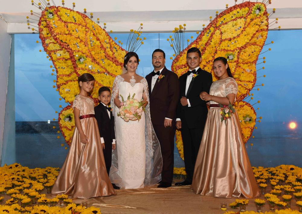 De izquierda a derecha, Shalian e Isaac Hernández junto a su madre, Rebeca Cintrón junto a Carlos Ortiz y sus hijos Carlos y Kiarah.