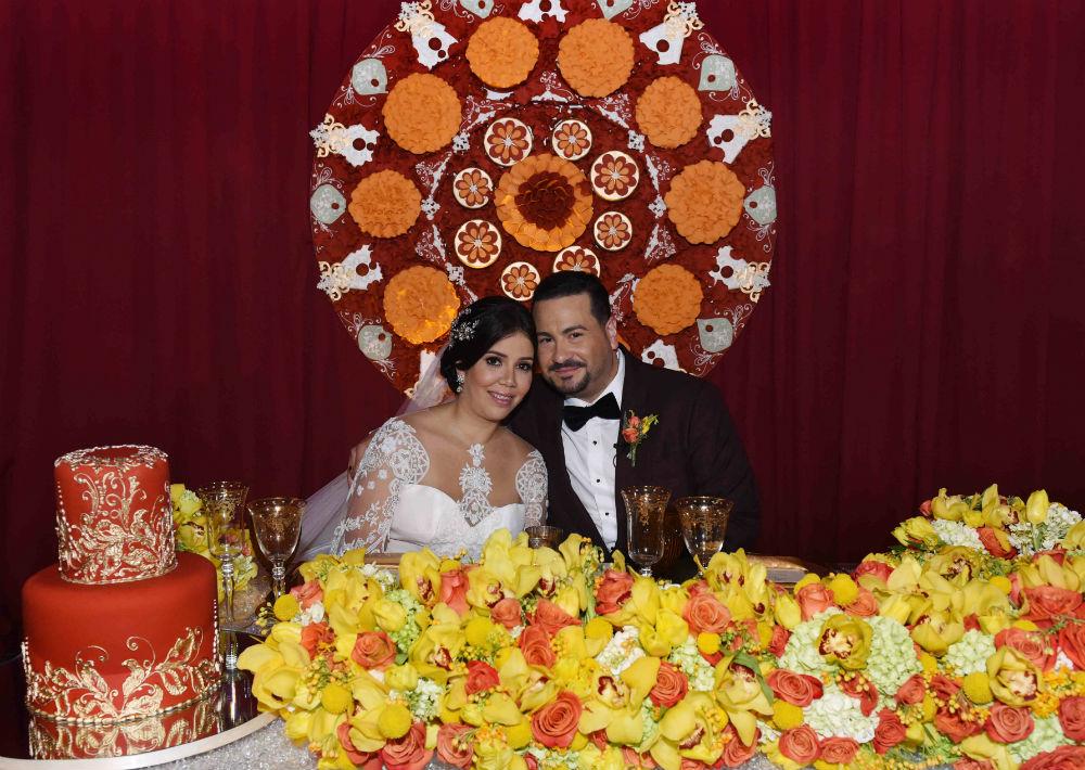 """El salón Atlántico de La Concha Resort fue decorado con cerca de mil girasoles, más de 3,000 rosas, tulipanes, orquídeas, """"spray roses"""" y dalias."""