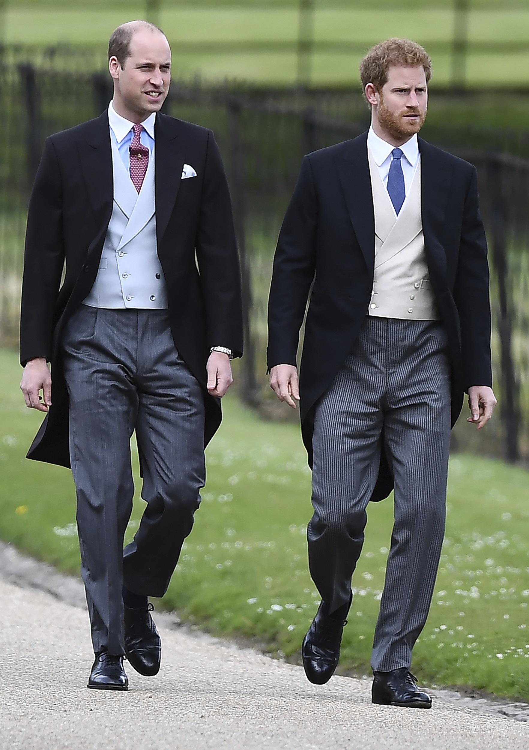 El príncipe Guillermo de Inglaterra a su llegada junto a su hermano Harry. (Justin Tallis/Pool via AP)