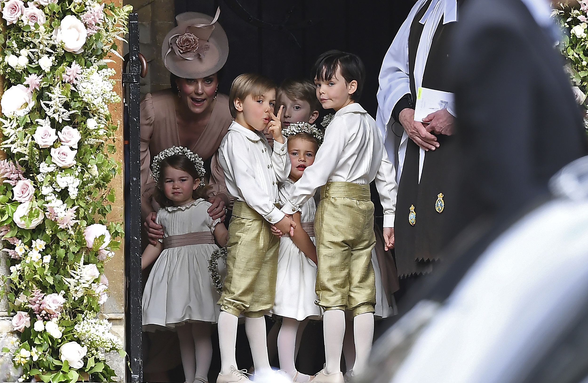 Los pequeños también lucieron sus mejores galas. En la foto, la duquesa de  Cambridge con sus hijos Carlota y Jorge. (Justin Tallis/Pool via AFP)