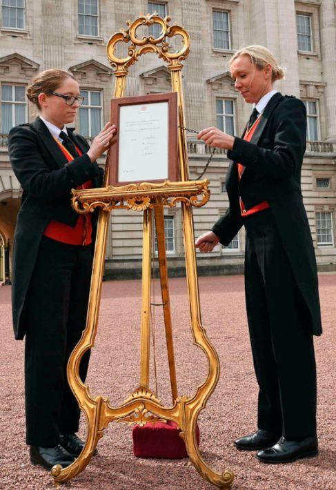 Se coloca un aviso en un caballete anunciando el nacimiento del nuevo bebé real, en la explanada del Palacio de Buckingham, en Londres. (AP)
