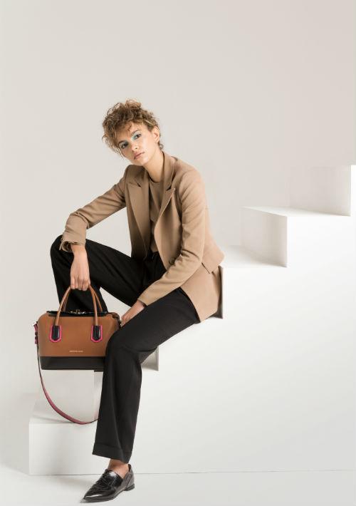 """Pantalón y chaqueta: El atemporal traje sastre de pantalón vuelve a posicionarse como opción para la oficina. Chanel lo presentó para otoño con en texturas lujosas y con complementos muy finos, mientras para el """"Pre-fall"""", casas como Boss y Giorgio Armani los sugirieron con líneas más simples y siempre monocromático. (WGSN)"""