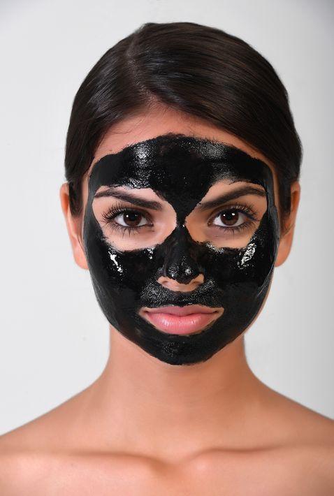 PASO 1- Toma una brocha y aplica sobre las zonas que desees tratar. Puedes aplicar la mascarilla por todo tu rostro si lo deseas pero evita colocarla sobre el contorno de los ojos.