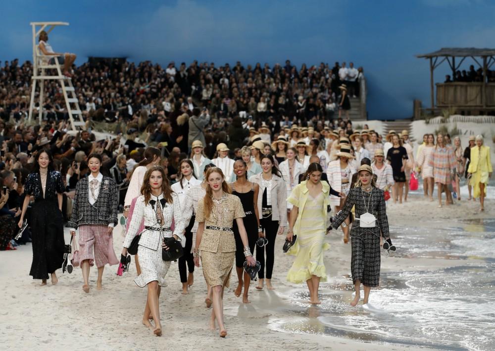 Tras un carrusel final con las modelos paseando de nuevo de la mano por la orilla. (Foto: AP)