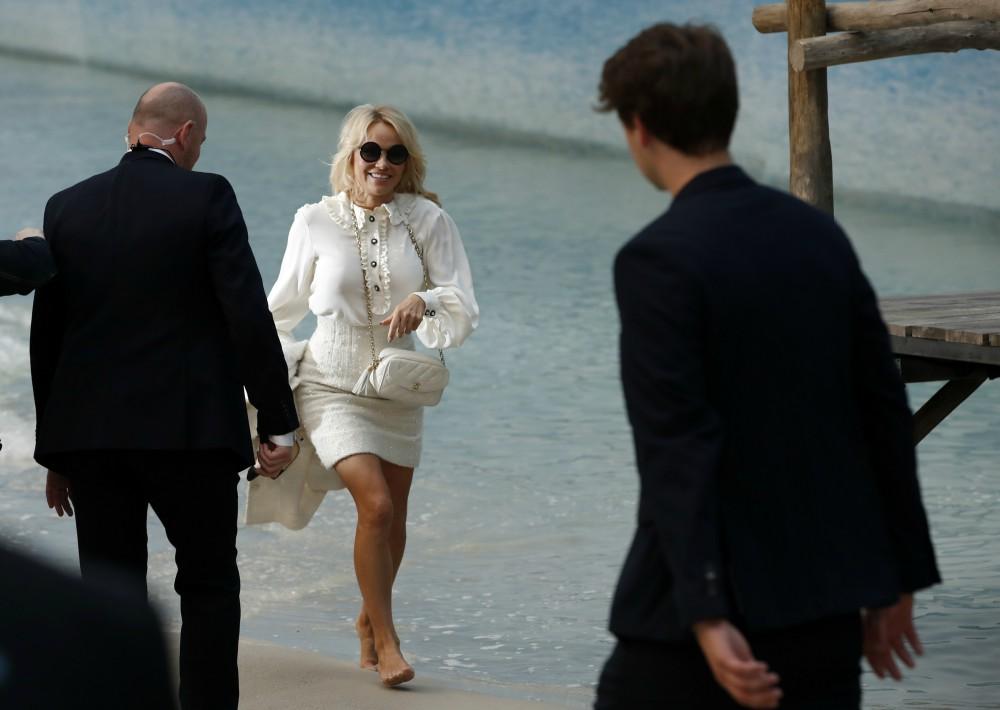El amplio tamaño de la instalación permitió acoger a miles de invitados y ampliar la primera fila, en la que no faltaron las incondicionales de Lagerfeld, como Pamela Anderson. (Foto: AP)