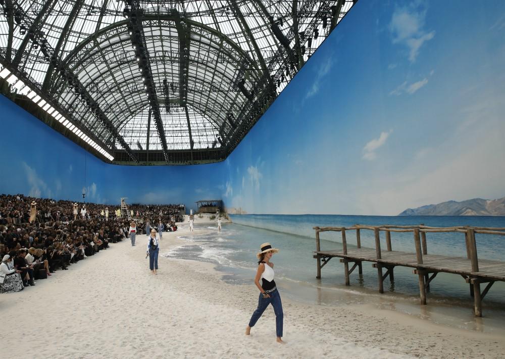 """Las """"tops"""" pudieron incluso caminar por la orilla de la playa que Chanel creó expresamente para la ocasión. (Foto: AP)"""