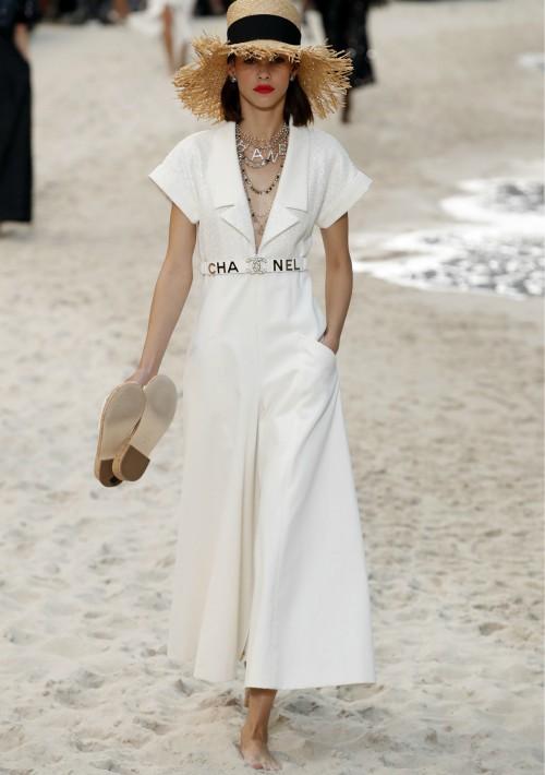 Un paseo por la playa, con los pies descalzos y el pelo suelto, fue la propuesta de Chanel para su colección primavera-verano 2019. (Foto: AP)