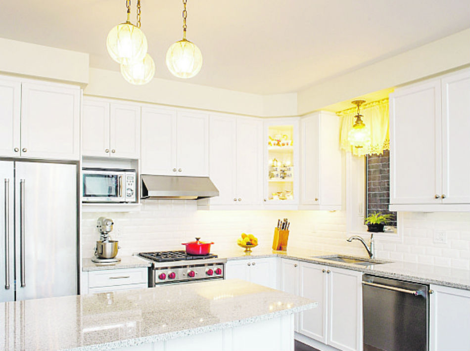 Los tonos blanco, crema y gris tienen la ventaja de que se pueden incorporar en las diversas habitaciones del hogar tanto en muebles grandes como en acentos.