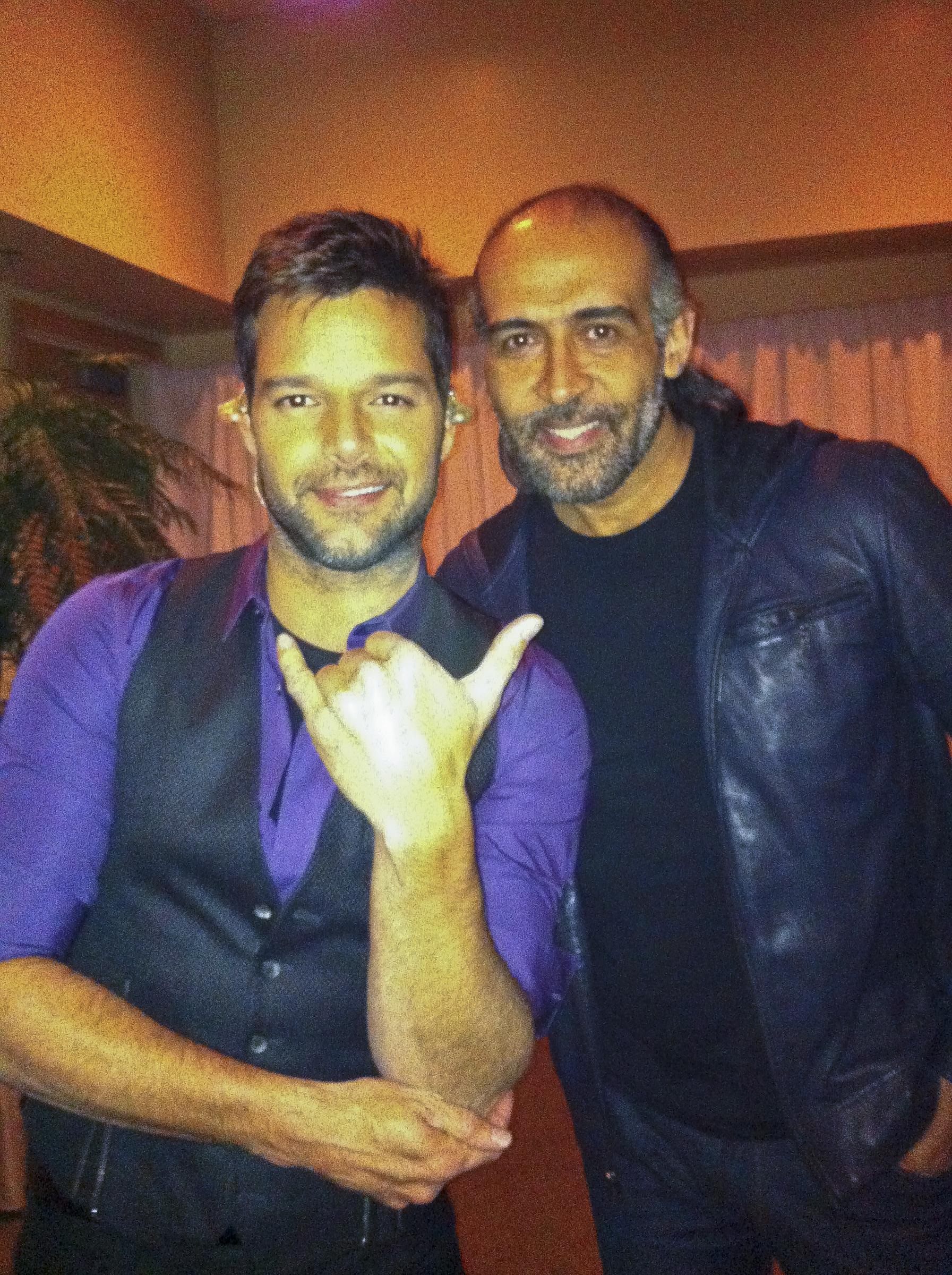 El cantante boricua junto al diseñador Ed Coriano, quien por años ha estado a cargo de la coordinación del vestuario de sus giras. (Suministrada)