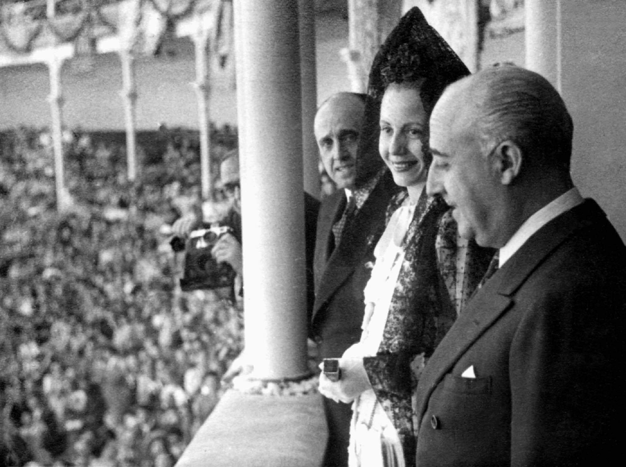 En 1947, junto al dictador español, Francisco Franco, y el marqués de Valdavia, Mariano Ossorio Arevalo. (Archivo)