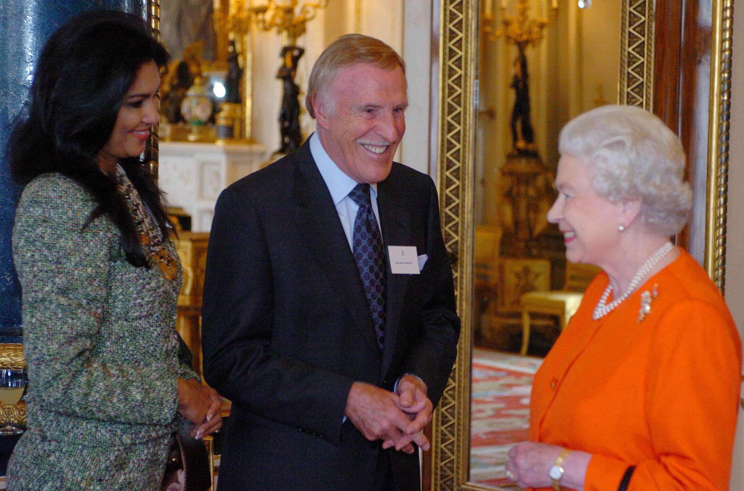 La pareja junto a la Reina de Inglaterra. (Archivo)
