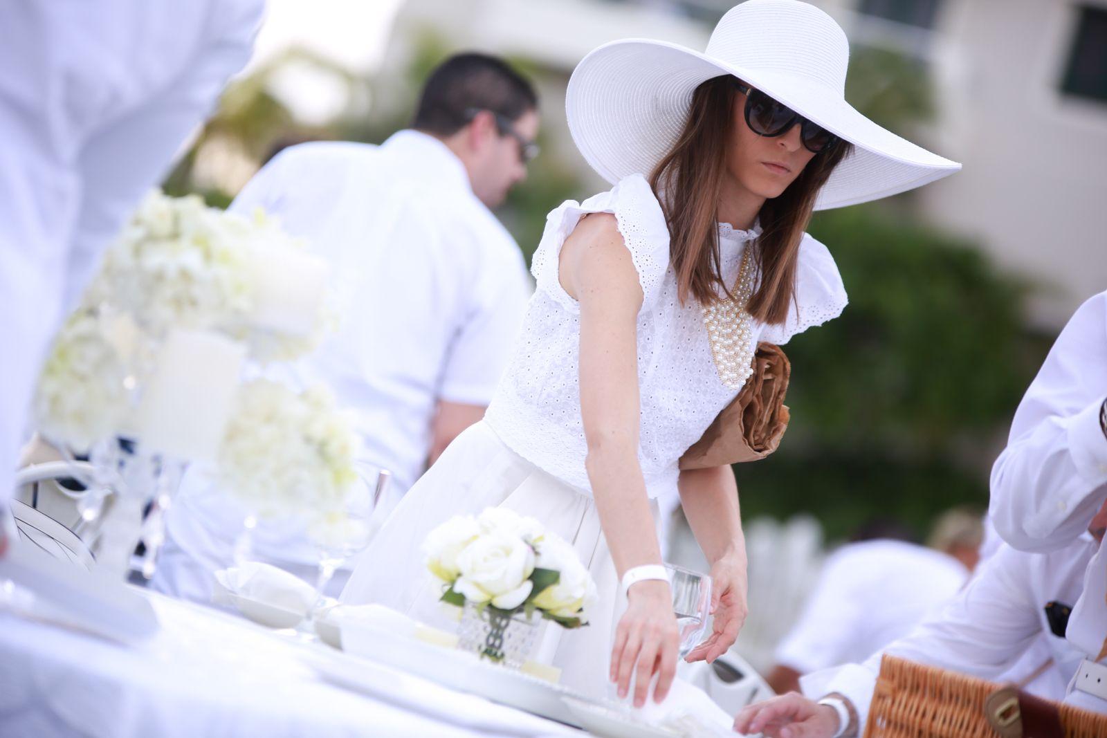 Yamilette Padilla prepara su mesa de picnic, en la primera edición de Dîner en Blanc San Juan.