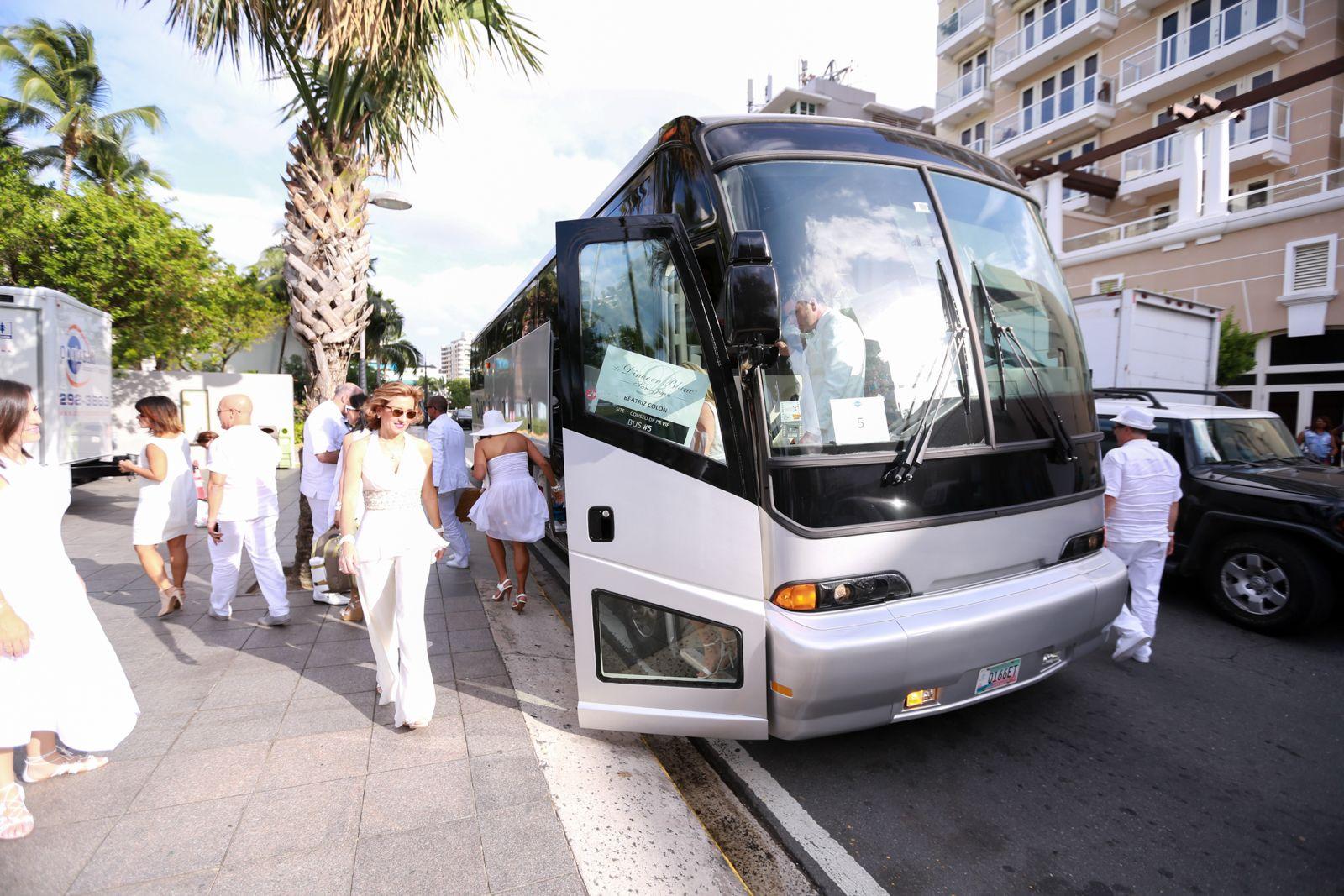 Los invitados llegaron en autobuses desde diferentes puntos de reunión para la celebración del primer Le Diner en Blanc San Juan, en 2016.
