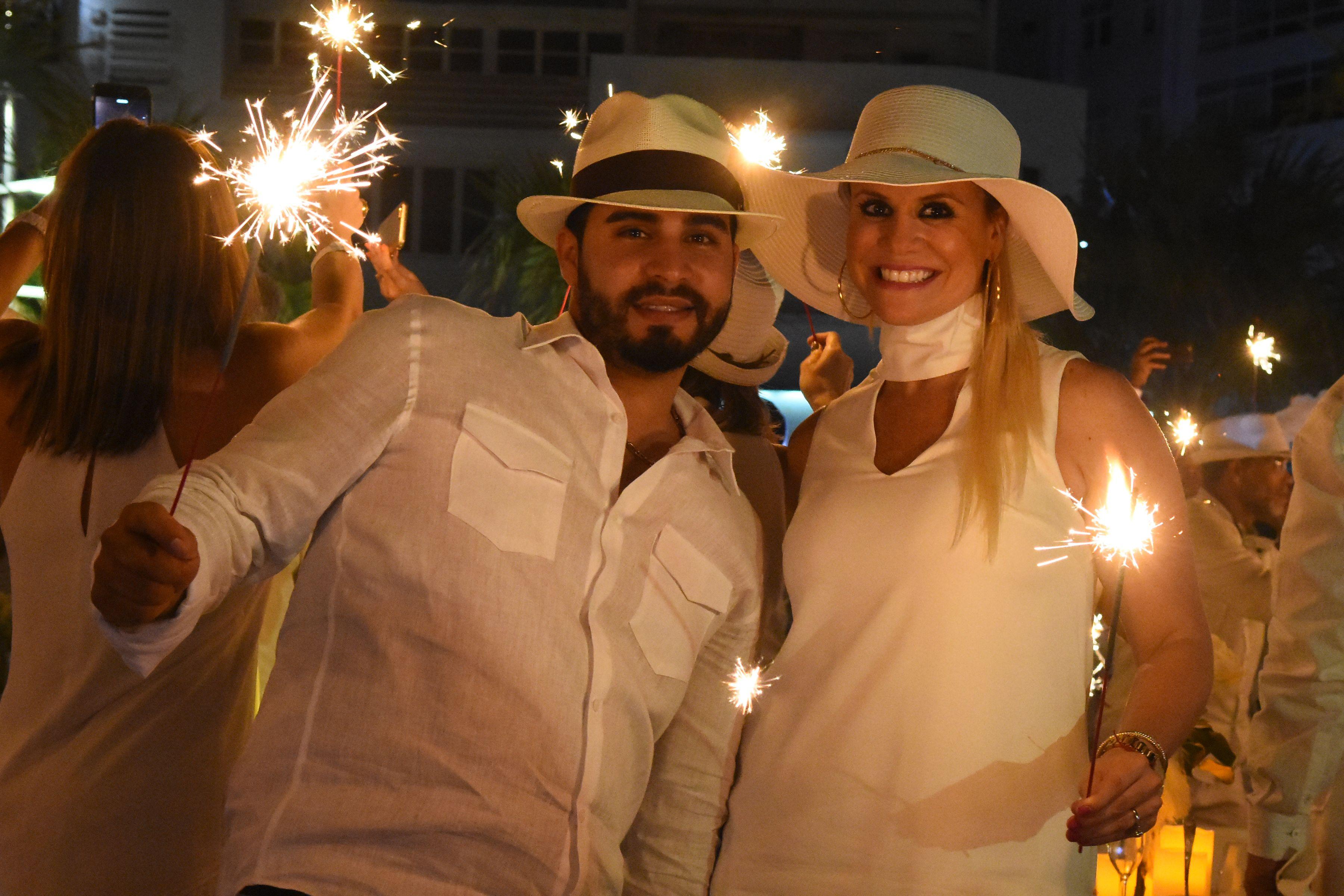 Los invitados lucieron sus galas de blanco, con un toque personal.