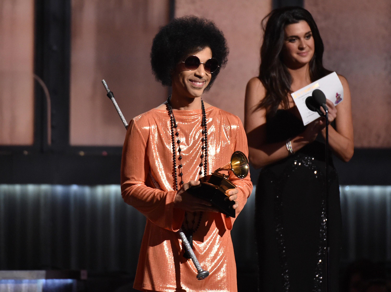 De naranja, así recibió un Grammy en la entrega número 57 de los galardones. Foto AP.