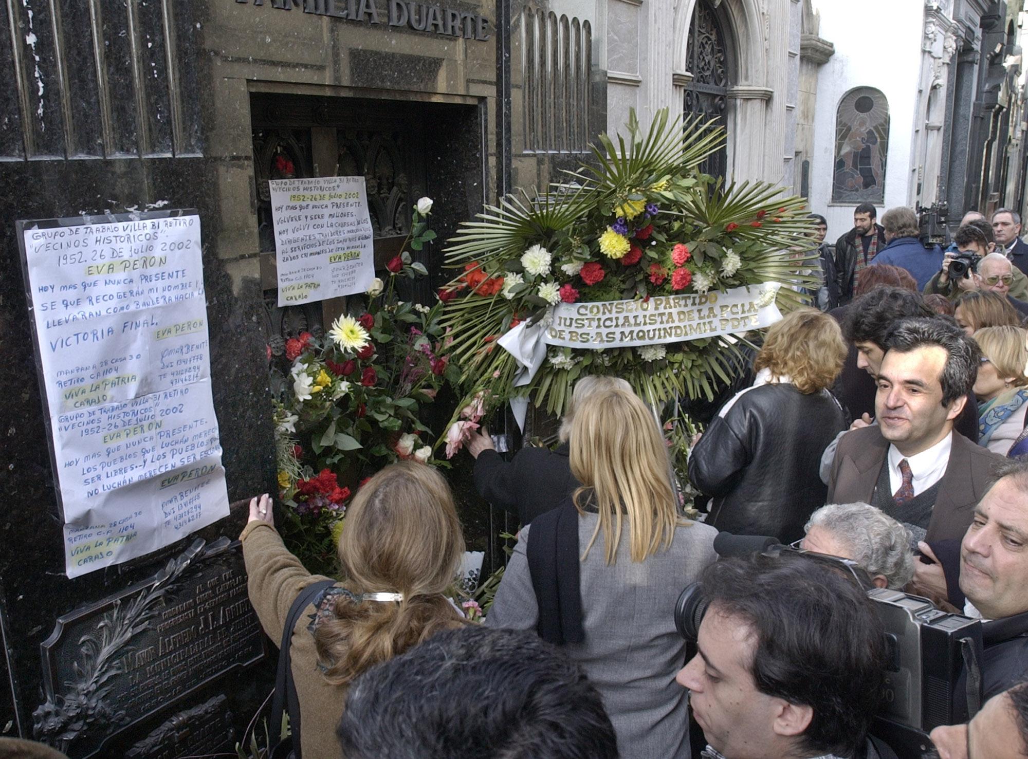 Miles de argentinos participaron de su funeral y sepelio. En la foto, la tumba de Eva Perón, en el cementerio Recoleta, en Buenos Aires. (Archivo)