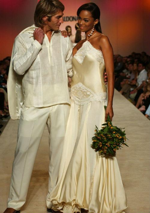 El diseñador también se destacó en la creación de vestidos de novia. En la foto, los modelos Raúl Papaleo y Carmen Rosa Dávila en un desfile celebrado en el 2003. (Archivo)