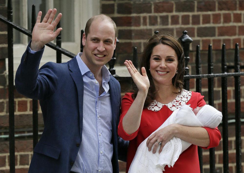 El pasado mes de mayo, la duquesa de cambridge sorprendió a muchos cuando saludó a la prensa y al público que se dio cita en los alrededores del hospital St. Mary a pocas horas de haber dado a luz al príncipe Louis. (Foto: Archivo)
