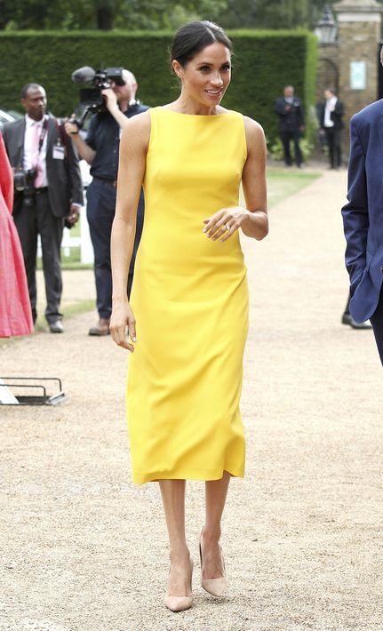 La duquesa de Sussex asistió a la recepción de la Commonwealth Youth Challenge en Londres con un traje sastre sin mangas y en un llamativo color amarillo banana, diseño del modisto estadounidense Brandon Maxwell. (AP)