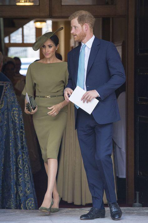 """Al bautizo del príncipe Louis, Markle optó por un estilo monocromático en tono oliva con sombrero, vestido de manga tres cuartos Ralph Lauren y zapatos estilo 'pump"""". (AP)"""