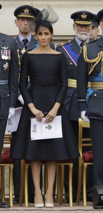 El martes volvió a presentarse en el balcón del palacio de Buckingham junto a la familia real, esta vez con un vestido negro con escote barco y falda ancha, diseño de la casa de moda Dior. (AP)