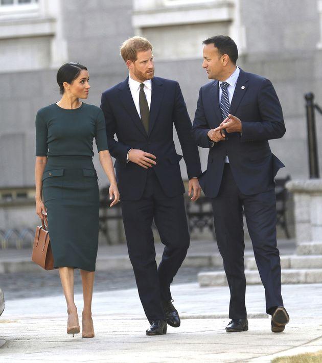 Para reunirse con el primer ministro de Irlanda, Leo Varadkar, Meghan llevó un vestido verde con cuello redondo y bolsillos grandes, de Givenchy, la misma casa de moda que diseñó su vestido de boda. (AP)
