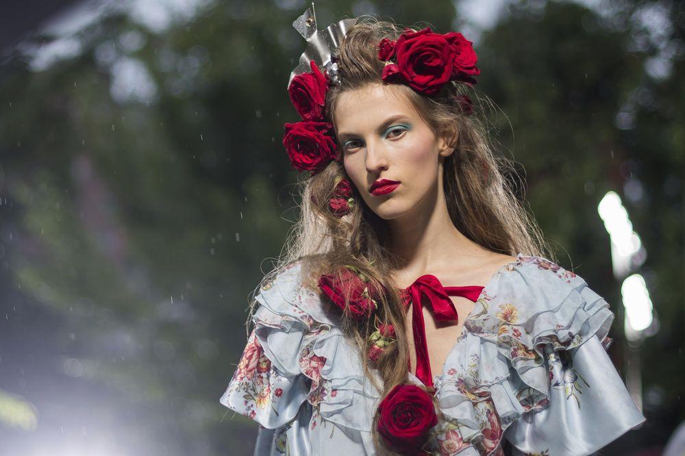 Rosas rojas - Aunque resulte predecible que para la primavera las pasarelas se llenen de estampados florales, hay que destacar la manera tan imponente en que la firma Rodarte llevó las flores naturales en tocados y accesorios. Cabe destacar que el estampado floral será uno de los favoritos para la próxima primavera. (Foto: AP)