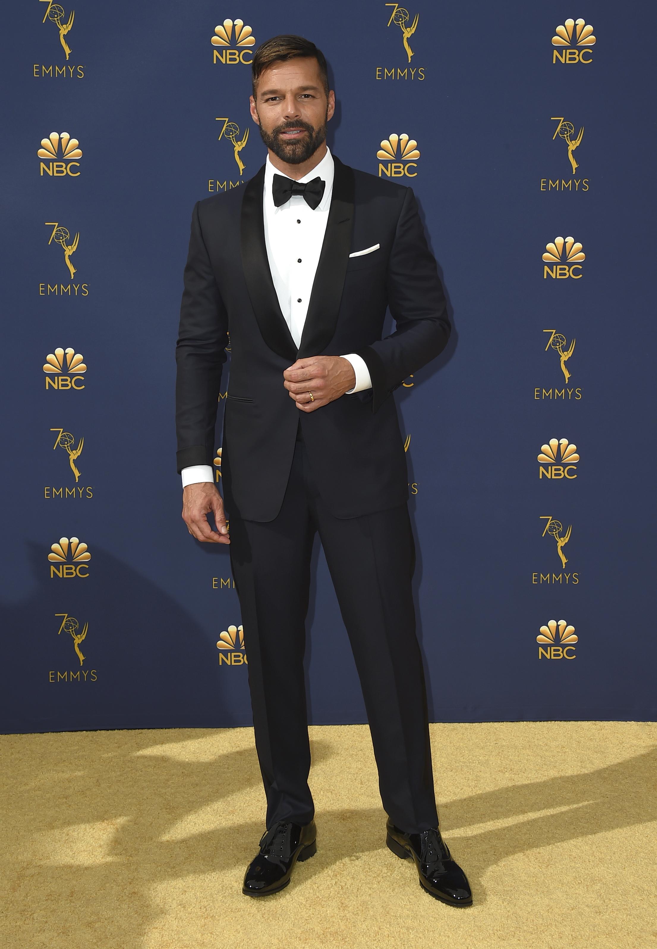 Arrancó suspiros cuando asistió a los premios Emmy de 2018 vistiendo una etiqueta azul marino con solapa negra, camisa blanca y corbata de lazo. (Archivo)