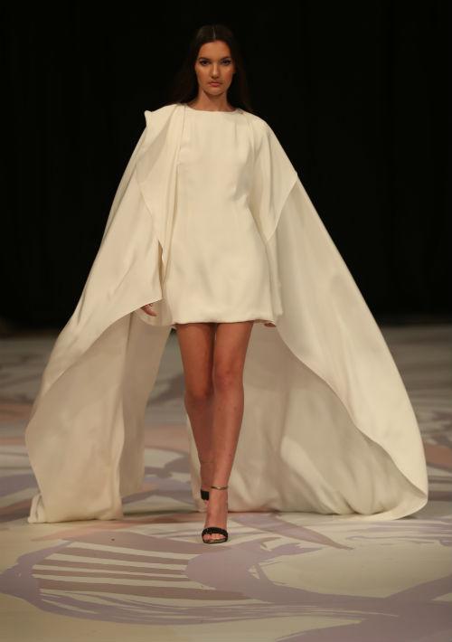 El diseñador llevó a la pasarela alternativas muy juveniles como los trajes bien cortos o de ruedo asimétrico. (David Villafañe)