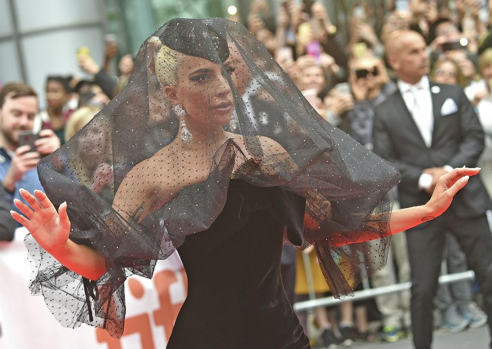 Diseñador de estrellas. La cantante y actriz Lady Gaga ha vestido del diseñador constantemente en la alfombra roja, tanto con diseños excéntricos como elegantes. Su clientela incluye además figuras como George Clooney, Cate Blanchett, Anne Hathaway, Celine Dion y Pink. (AP)