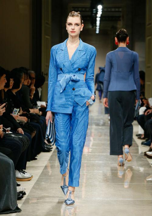 El diseñador revolucionó la moda cuando vistió a la mujer con una chaqueta de corte masculino. Ahora, cuatro décadas después de que empezara, su universo creativo sigue vigente. Arriba, una de sus propuestas para el verano 2020. (WGSN)