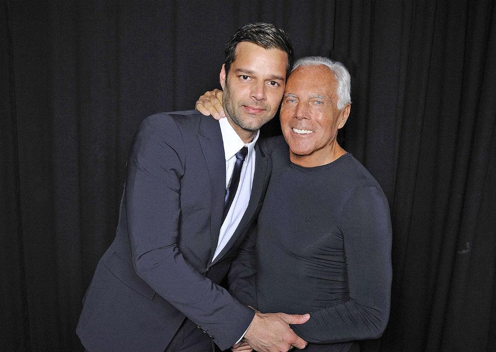 """El cantante puertorriqueño Ricky Martin lució un vestuario exclusivo creado por Georgio Armani en su gira mundial """"Música+Alma+Sexo"""" en el 2011. Bajo la firma Emporio Armani, también vistió a los miembros de su banda, los bailarines y el coro. A ambos los une amistad de más de una década. (Archivo)"""