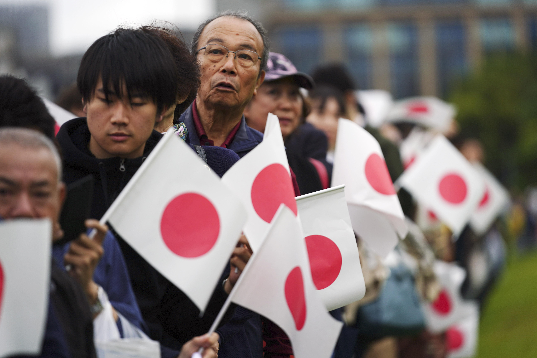 El pueblo se conglomeró en las afueras del palacio Imperial. (AP)