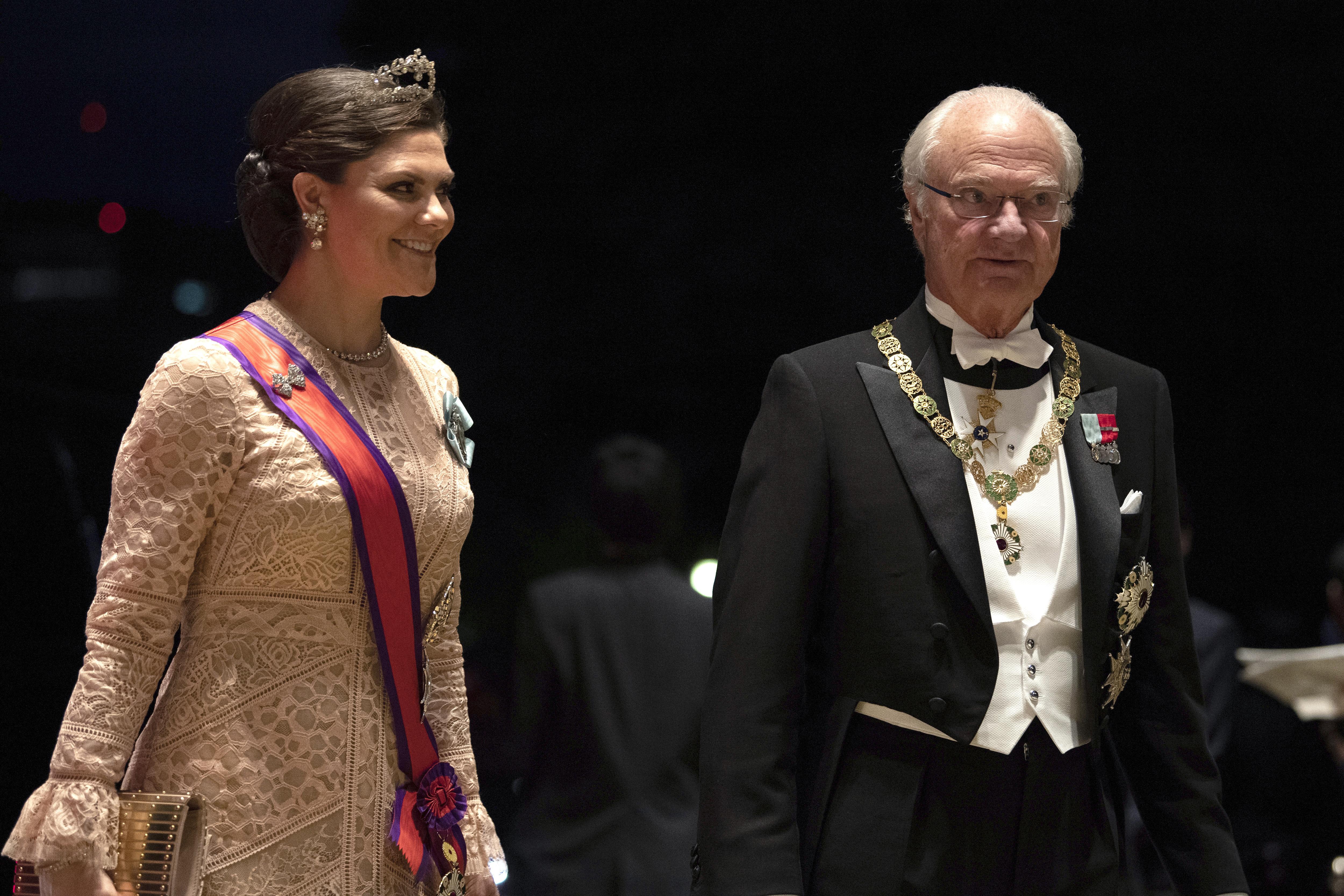 La princesa Victoria de Suecia junto a su padre, el rey Carl XVI Gustaf. (AP)