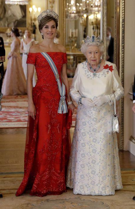 Doña Letizia fue elogiada por los medios británicos por el vestido rojo que lució en la Cena de Estado en el Palacio Buckingham. (Prensa Asociada)